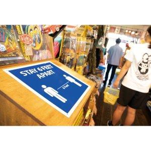 画像: Stay 6 Feet Apart (6 フィート 距離をおいてください)サイン